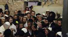 Settlers injure dozens of Palestinians while storming town in Hebron