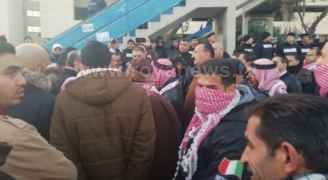 Jordanians protest near 4th Circle with their red shemaghs ....