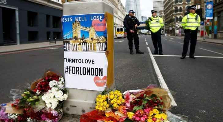 Flowers and messages behind a police cordon near the site of an attack that left 7 people dead and dozens injured in London, June 4, 2017. (Reuters)