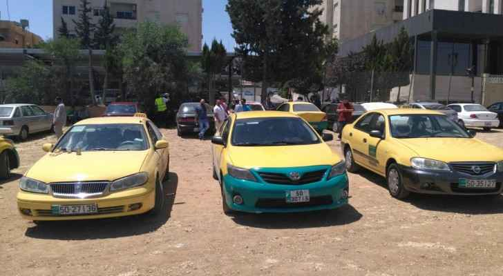 The taxi drivers protesting in front of the Ministry of Communication's building.