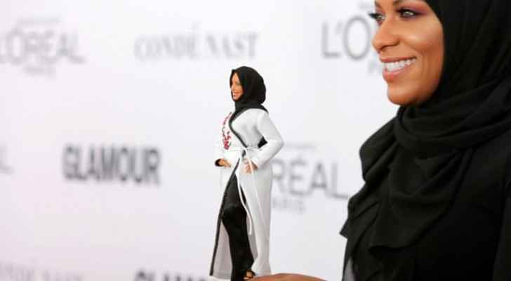 Ibtihaj hold a Hijabi barbie doll in the 2017 Glamour Women of the Year Awards in Brooklyn (Reuters)