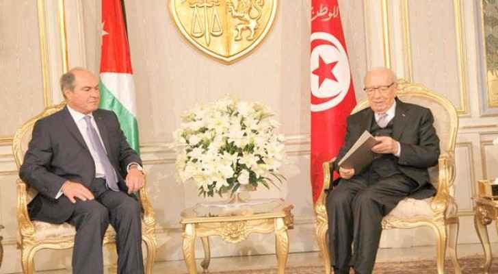 Prime Minister Hani Mulki delivers a letter from His Majesty King Abdullah to Tunisian President Beji Caid Essebsi in Tunis on Thursday. (Petra photo)