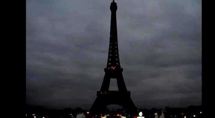 Paris turns Eiffel Tower's lights off in solidarity with Sinai's victims. (Archive)