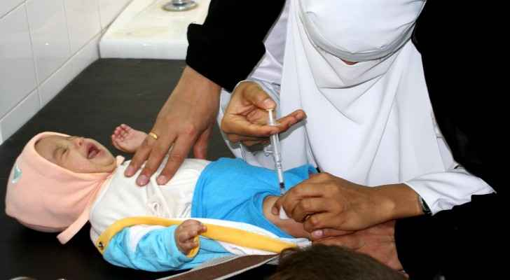 A doctor vaccinates a Yemeni child (Ben Barber, USAID)