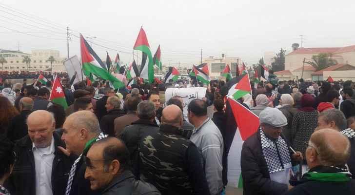 Jordanians continue to gather outside the Washington embassy. (Roya)