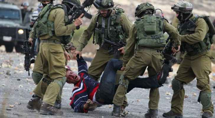 Israeli forces detain a Palestinian during clashes in Ramallah, 2015(Yahoo News)