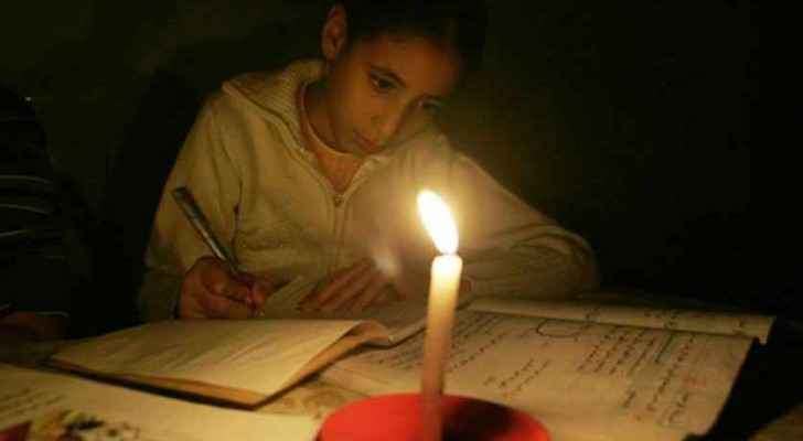 Gazan girl studying for finals using the light of candles (Al-Monitor)