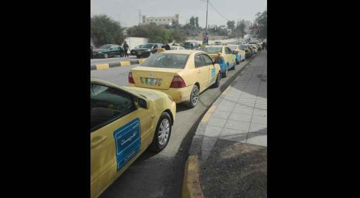 Taxis lined up outside the Zarqa Municipality in protest of ride-hailing apps. (Roya)