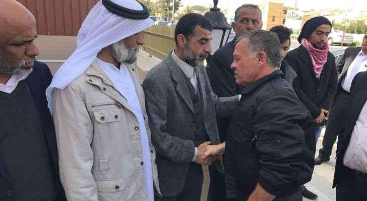 The King shakes hands with the family of the late Hisham al-Maaytah. (Al Ghad)