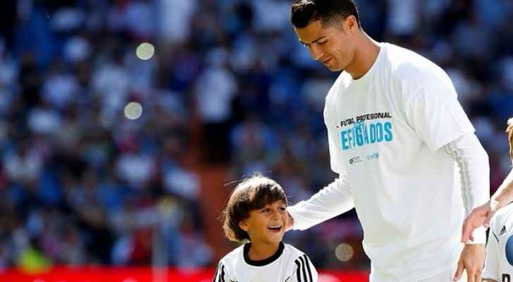 Cristiano Ronaldo with a Syrian refugee child whose father was tripped by a camerawoman in Hungary (DailySabah)
