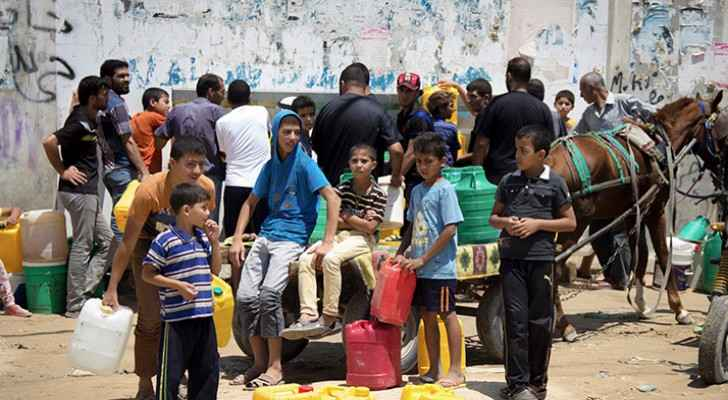 People gathering around a water well in Khan Younis, Gaza (Activestills)