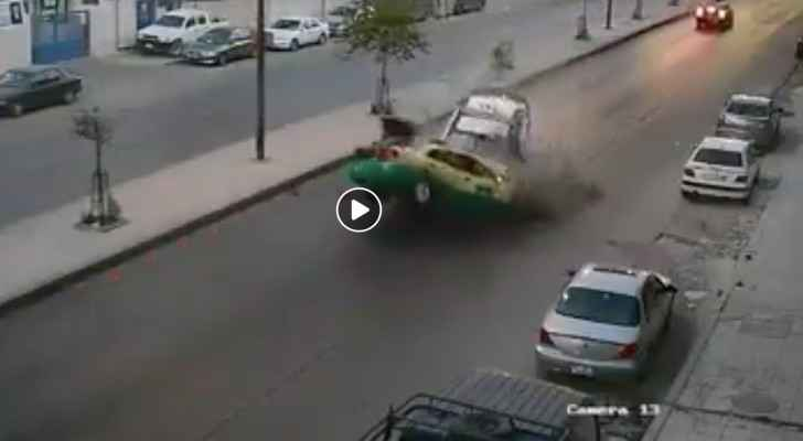 The moment the police car crashed into the taxi. (Screenshot)