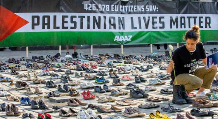 4,500 empty pairs of shoes were positioned for the EU foreign ministers to see. (Avaaz)