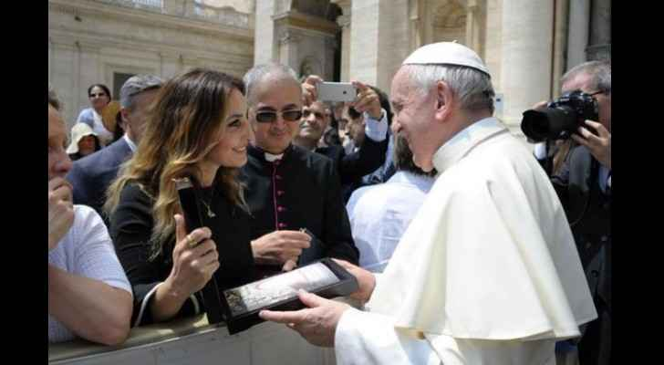 Samain presents a copy of her book to Pope Francis. (Mena FM)