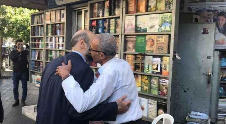 Abu Ali welcomed Razzaz to his kiosk. (Roya)