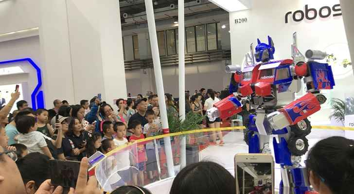 Visitors watching a robot sing and dance at WRC. (Xinhuanet)