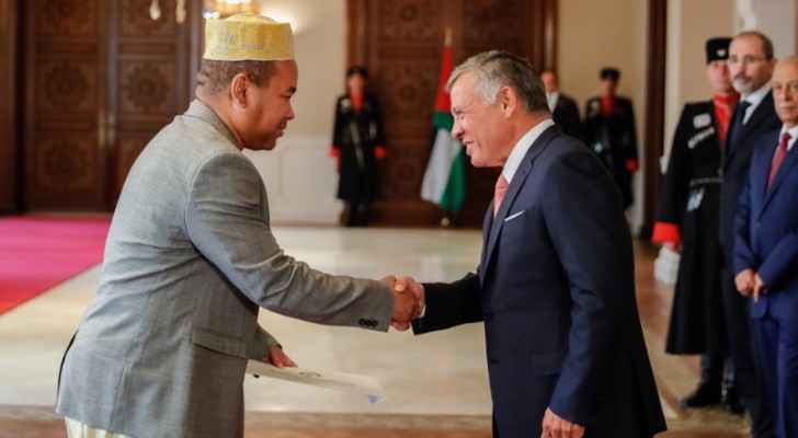 King accepts newly appointed ambassadors to Jordan
