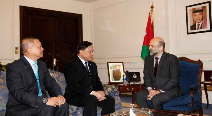 Razzaz receives Thai delegation, discusses cooperation