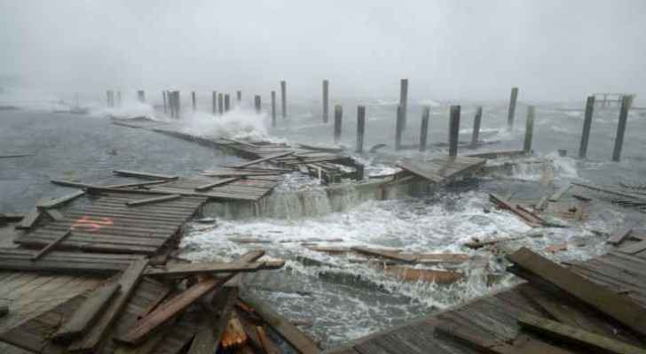 First moments of hurricane as it hits North Carolina coast