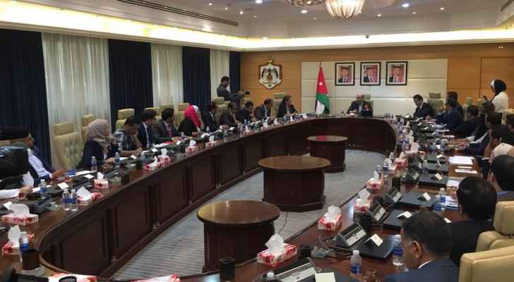 Razzaz meets youth at Jordanian Prime Ministry
