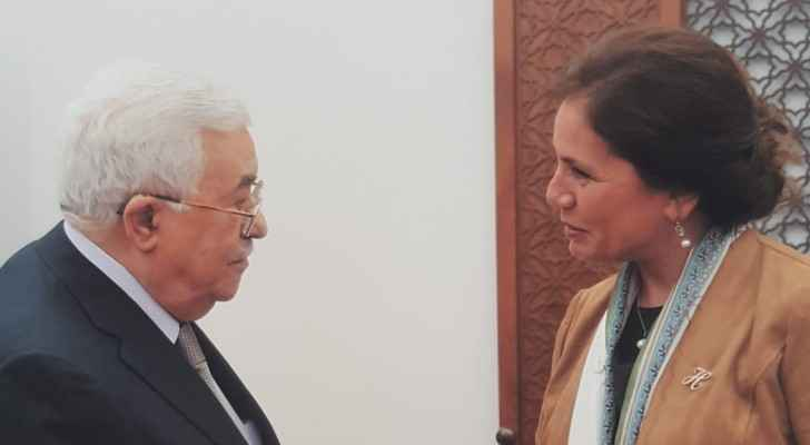 Palestinian President Abbas and Jordanian Minister of Energy and Mineral Resources, Hala Zawati.