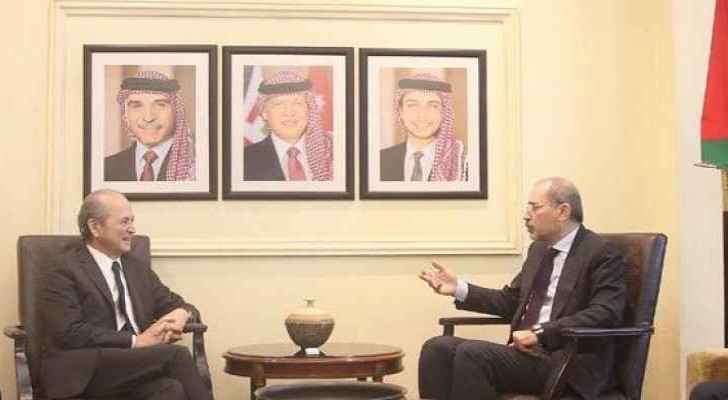 FM Safadi meets French envoy to discuss support for Syrian refugees