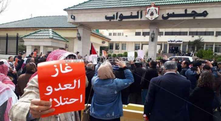 Photos: Tens of citizens stage protest in front of House of Representatives to drop gas agreement