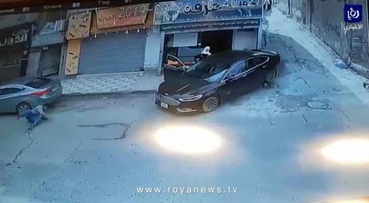 Video: Driver loses control, hits citizens in Amman