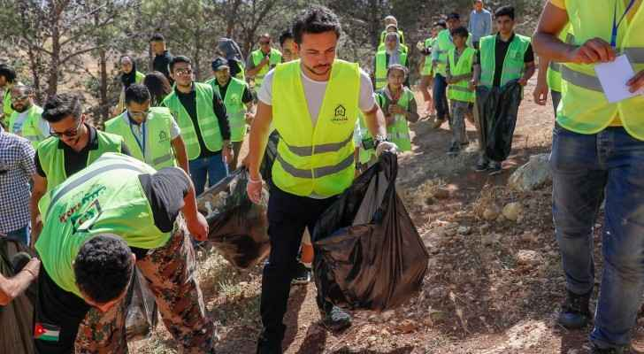 Photos: Crown Prince joins young volunteers participating in national clean-up campaign