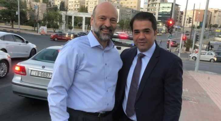 Video: PM Razzaz gives water, dates to citizens in one of streets in Amman