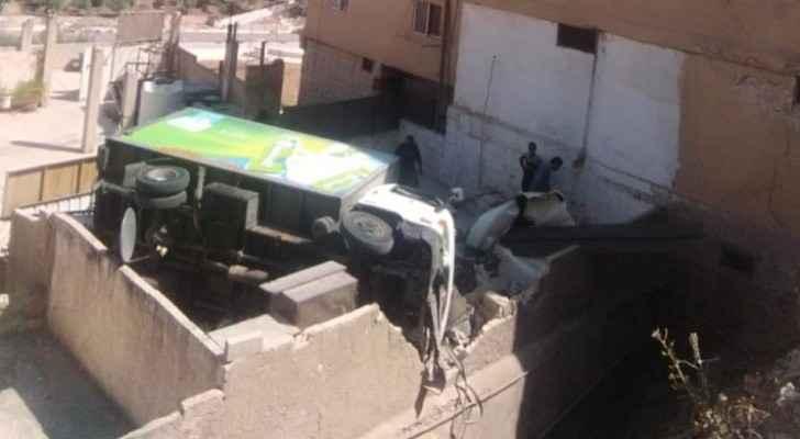 Photos: Mini truck overturns in Amman
