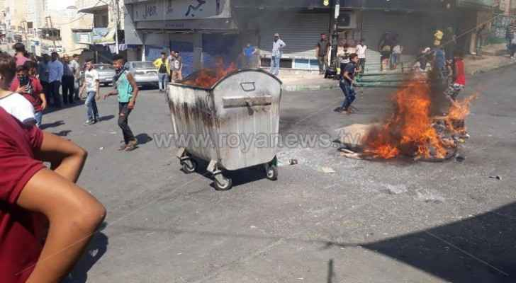 Protestors block main road in Karak with stones, burning tires