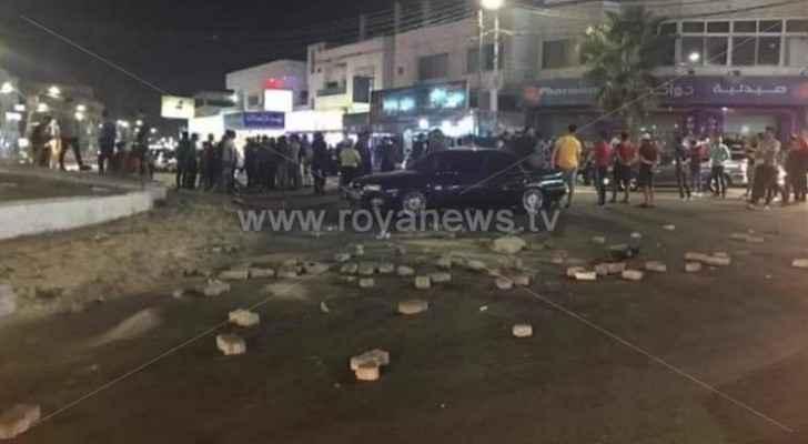 Protestors block Ramtha main roundabout with stones, burning tires