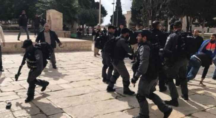 Video: IOF attack guards of Al-Aqsa