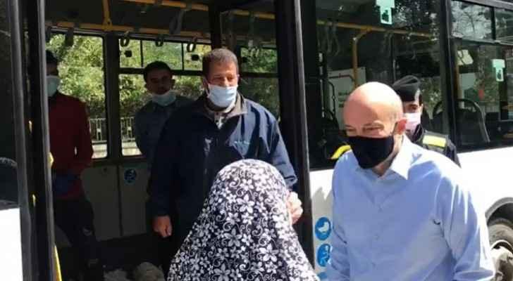 Video: Razzaz checks on the process of delivering bread to citizens