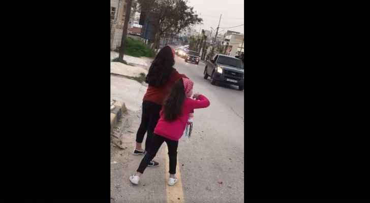 Video: Two young girls express their love to police, army by spreading rose petals at their vehicles