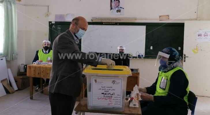 Former PM Omar Razzaz votes in parliamentary elections