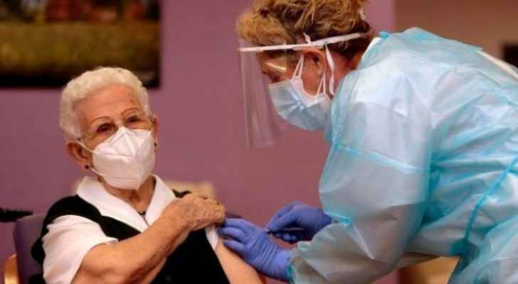 96-year-old receives first COVID-19 vaccine in Spain