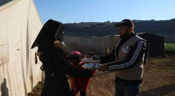 VIDEO: Volunteers distribute Iftar meals to displaced Syrians