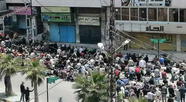 Citizens perform Friday Prayer, violate defense orders in Anjara