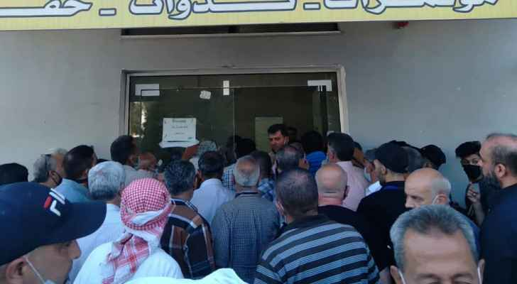 Irbid vaccination centers suffer from overcrowding due to internet outages, arrival of Pfizer jabs