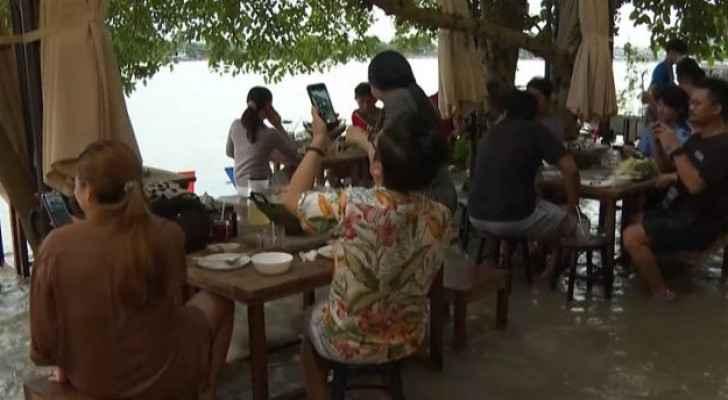 Flood turns restaurant into tourist destination in Thailand