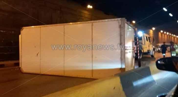 VIDEO: Truck overturns closing road in Amman